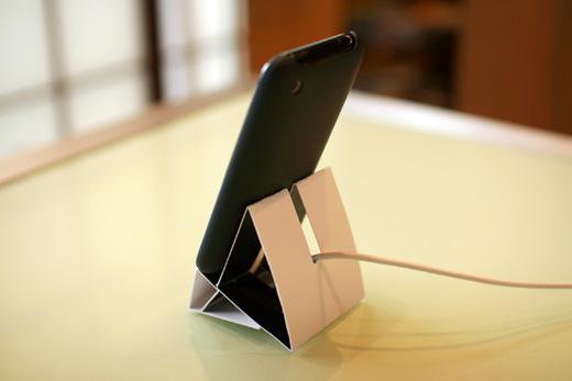 ネット界隈で話題のiPhone/iPod touch用ペーパースタンドキットで実際にiPhone用スタンドを作ってみました。