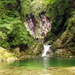 日本の名水百選 山梨県北杜市白州の尾白川(おじらがわ)渓谷へ水遊びに行ってきました…けど「もう寒くて泳げなかった…。」
