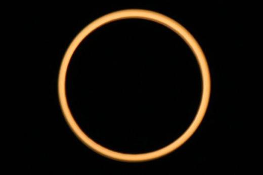 あまりニュースでとりあげられなかった2010年1月15日の今世紀最長の金環食(太陽がリング状に見える)の観測写真。