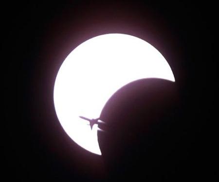 ほとんどニュースでとりあげられなかった2010年1月15日の今世紀最長の金環食(太陽がリング状に見える)の観測写真。