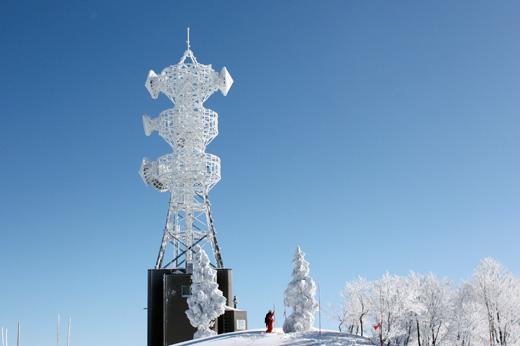 スキーに行った日が晴れるかどうかはわからないんだけど…、スキー場が真っ青な青空写真を見ると寒いけどスキーに出かけたくなりますね。
