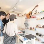 黄金町のガード下に連なる、かつての「売買春の街」が「アートの街」へ!『黄金町バザー ル2011』開催中!