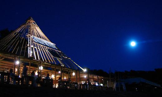 夜の海で、お酒が飲めてライブが観れる、葉山の森戸海岸、一色海岸の海の家が今年もオープン!「OASIS」「BLUE MOON」「umigoya」